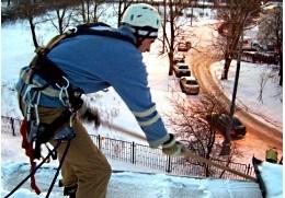 Проведение работ по зимней очистке крыши в Киеве.