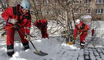 Очистка кровли от снега  в Киеве